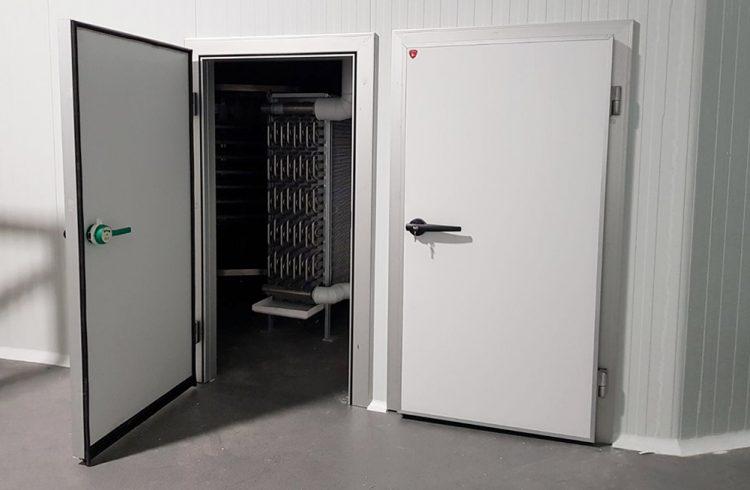 Puerta pivotante para cámara frigorífica