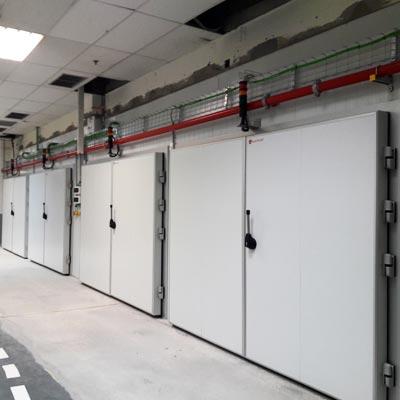 instalación de puertas pivotantes en cámaras