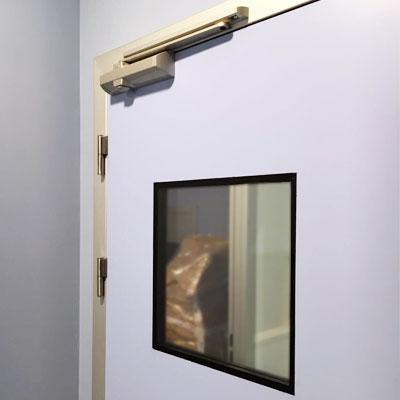 puerta pivotante con mirilla