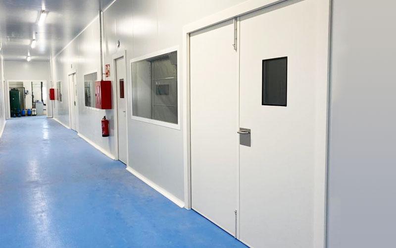 puerta pivotante sala blanca