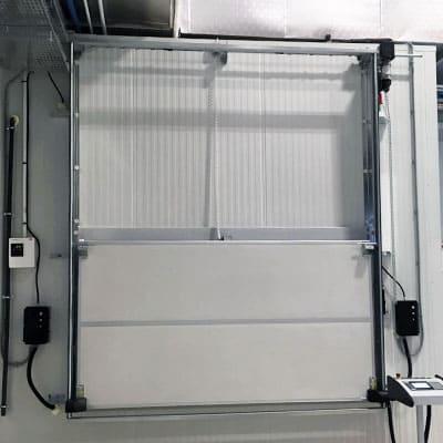 instalación puerta guillotina para cámara frigorífica